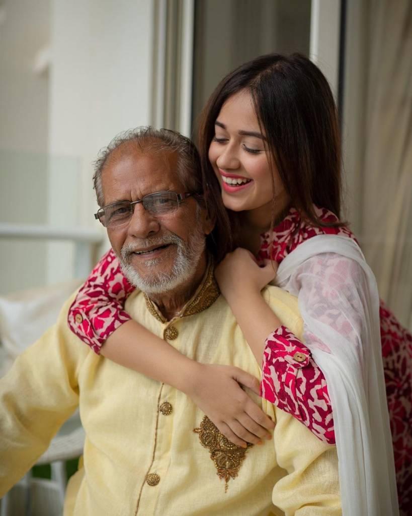 Jannat-Jubair-with-her-Grand-Father-at-her-mumbai-residence